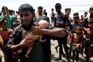 بنگلہ دیش-میانمار بارڈر کو پار کرتے وقت کشتی پلٹنے کی وجہ سے احمد نام کے روہنگیا شخص کے 40 دن کے بچے کی موت ہو گئی (فوٹو : رائٹرس)