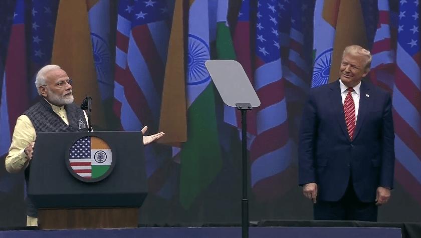 امریکہ کے ہیوسٹن میں'ہاؤڈی، مودی'پروگرام کے دوران وزیر اعظم نریندر مودی اور صدر ڈونالڈ ٹرمپ۔ (فوٹو : ٹوئٹرBJP4India)