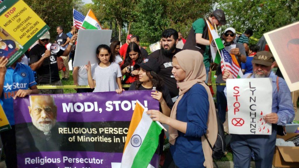 مظاہرہ میں شامل لوگ۔