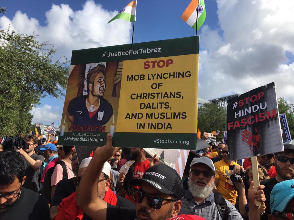 لوگوں نے مظاہرہ کے دوران ہندوستان میں جاری ماب لنچنگ کی بھی مخالفت کی۔