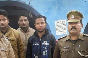 پولیس کے ساتھ کلیدی ملزم یوگیش راج (فوٹو : اے این آئی)