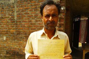 امر رام، جن کو 17 سال پہلے زمین کے حق کا پرچہ ملا تھا، لیکن ان کو قبضہ اب تک نہیں مل سکا ہے۔ (فوٹو : امیش کماررائے)