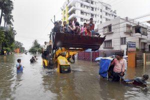 پٹنہ میں بھاری بارش کے بعد پٹنہ میونسپل کارپوریشن (پی ایم سی) کے افسر جے سی بی سے لوگوں کو نکالتے ہوئے ، فوٹو: پی ٹی آئی