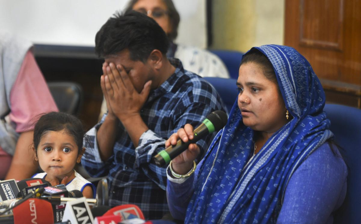 اپریل 2019 میں نئی دہلی میں ایک پریس کانفرنس کے دوران اپنی فیملی کے ساتھ بلقیس بانو(فوٹو : پی ٹی آئی)
