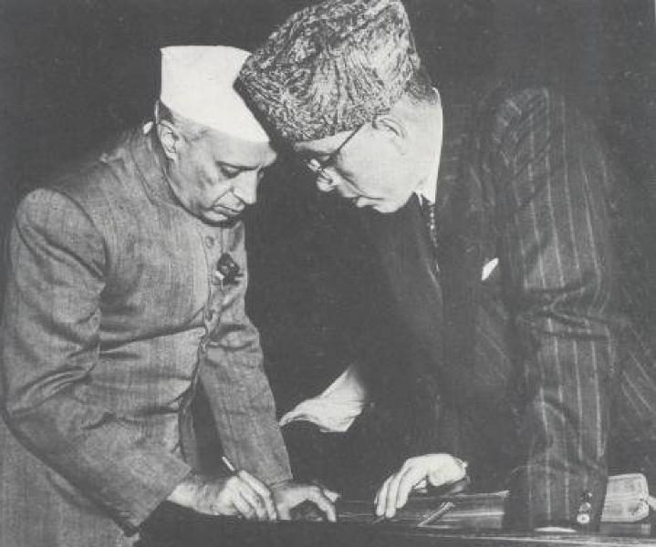 جواہرلال نہرو کے ساتھ شیخ عبداللہ(فوٹو بہ شکریہ : وکی میڈیا کامنس)