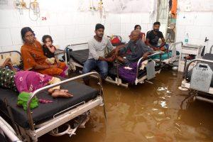پٹنہ واقع نالندہ میڈیکل کالج اینڈ ہاسپٹل میں بارش کی وجہ سے پانی بھر گیا تھا(فوٹو : پی ٹی آئی)