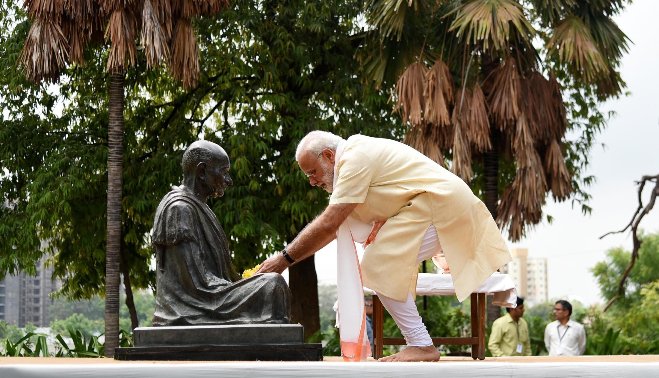 سابرمتی آشرم میں وزیر اعظم نریندر مودی(فوٹو : پی ٹی آئی)