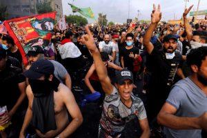 عراق کی راجدھانی بغداد میں مظاہرین (فوٹو : رائٹرس)