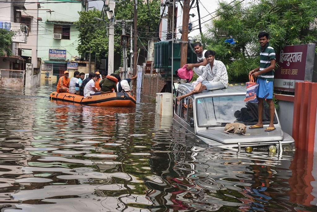 پٹنہ میں سیلاب متاثرہ علاقوں سے لوگوں کو نکالتی این ڈی آر ایف کی ٹیم(فوٹو: پی ٹی آئی)
