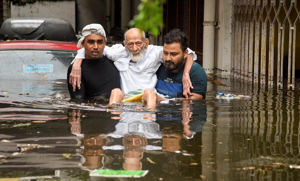 پٹنہ کے راجیندرنگر علاقے سے ایک بزرگ کو سیلاب متاثر ہ علاقے سے نکالتےلوگ۔ (فوٹو : پی ٹی آئی)