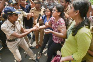ممبئی کے آرے کالونی میں درخت کاٹنے کی مخالفت کر رہے لوگوں کو پولیس نےحراست میں لیا ہے۔ (فوٹو : پی ٹی آئی)