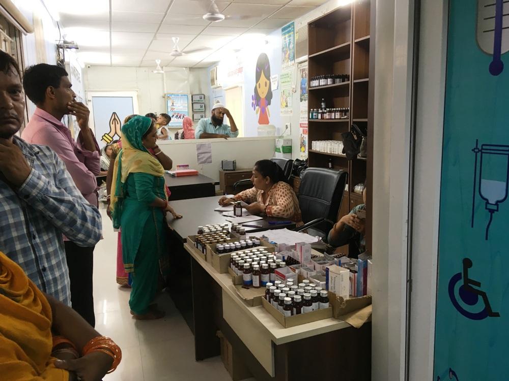 محلہ کلینک میں دوا دیتی فارماسسٹ