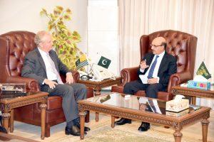 پی او کے کے صدر سردار مسعود خان سے مظفرآباد میں ملاقات کرتے امریکی رکن پارلیامان کرس وان ہالین (فوٹو : ٹوئٹر / @Masood__Khan)
