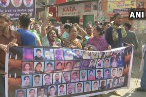 امرتسر ریل حادثے کے ایک سال گزرنے پر پنجاب کے جوڑا پھاٹک کے پاس مظاہرہ کرتے متاثرین کے رشتہ دار (فوٹو : اے این آئی)
