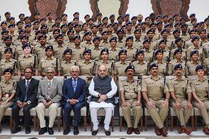 سوموار کو نئی دہلی میں 2018 بیچ کے انڈین پولیس سروس پروبیشنرز کے ساتھ مرکزی وزیر داخلہ امت شاہ (فوٹو : پی ٹی آئی)