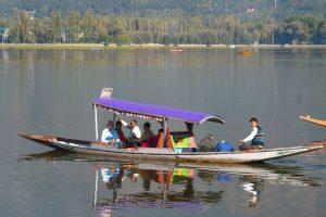 سرینگر کے ڈل جھیل میں شکارے سے سیر کرتے کچھ سیاح( فوٹو: پی ٹی آئی)
