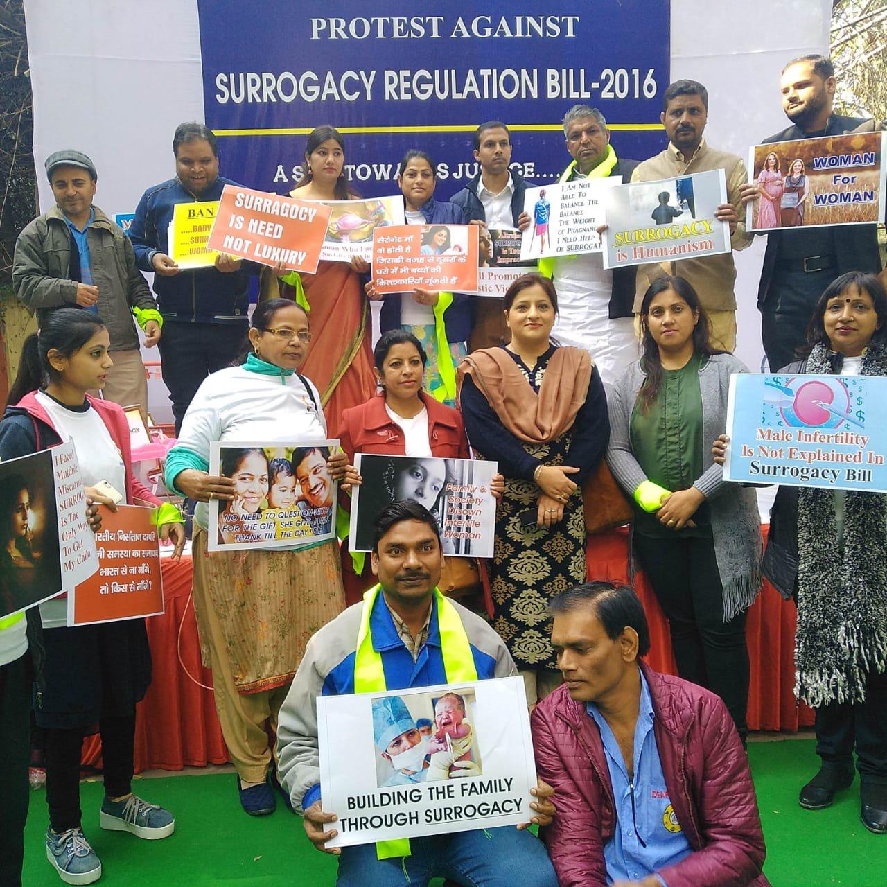 نئی دہلی میں سیروگیسی ریگولیشن بل کے خلاف مظاہرہ کرتے لوگ۔ (فوٹوبہ شکریہ: فیس بک)