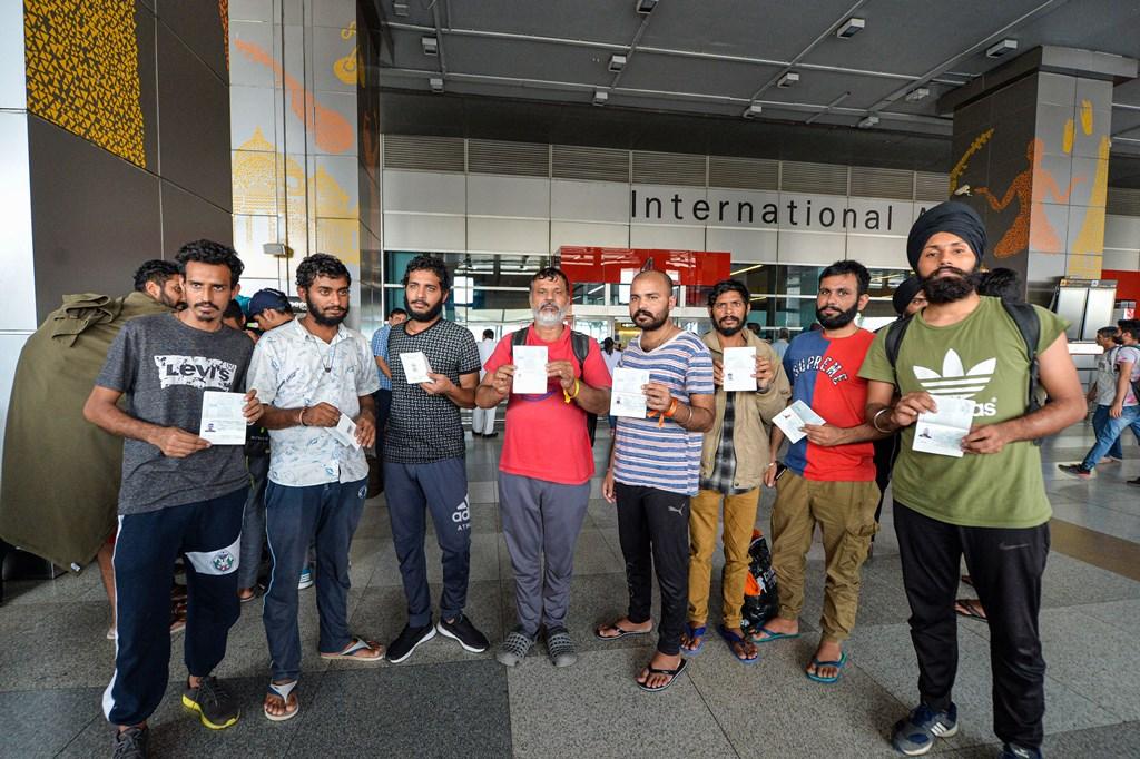 نئی دہلی کے اندرا گاندھی انٹرنیشنل ایئر پورٹ پر میکسکو سے واپس بھیجےگئے ہندوستانی۔ (فوٹو : پی ٹی آئی)