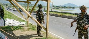 سری نگر میں تعینات سکیورٹی فورس (فوٹو: پی ٹی آئی)