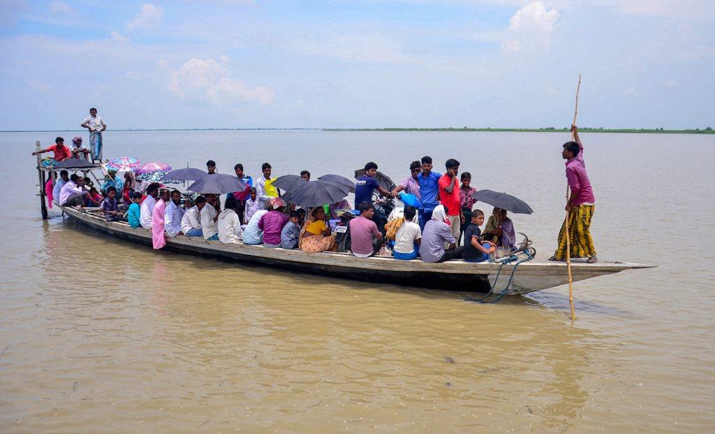 آسام کے کامروپ ضلع میں این آر سی مسودہ میں اپنا نام دیکھنے جاتے لوگ (فوٹو: پی ٹی آئی)