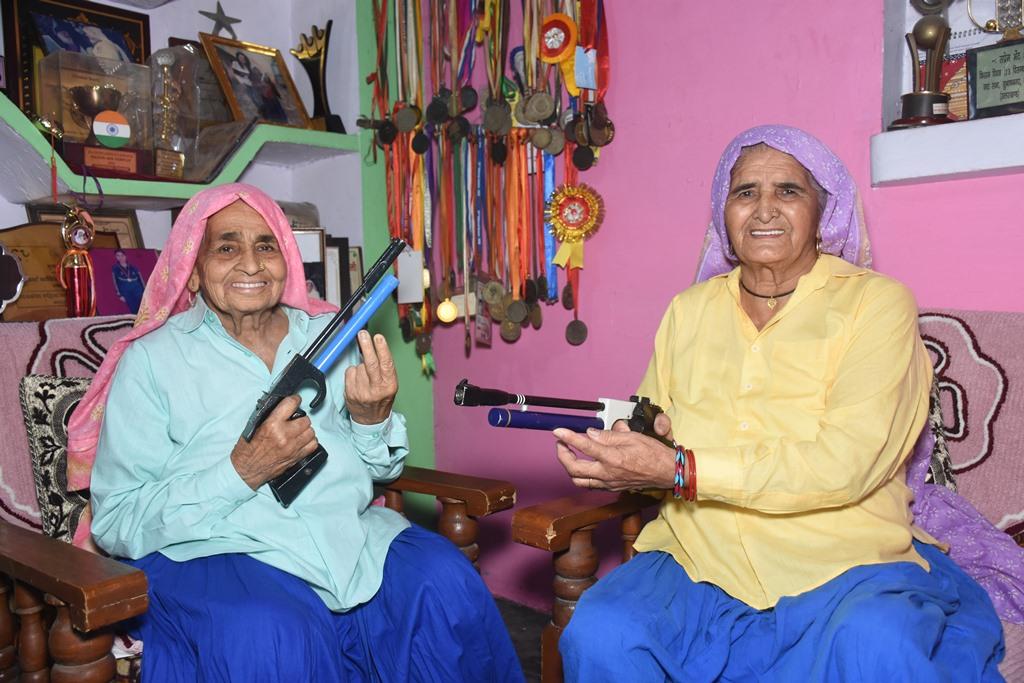 شوٹر دادی کے نام سے مشہور چندرو (بائیں)اور پرکاشی تومر(فوٹو : دی وائر)
