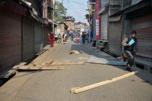 سری نگر میں لوگوں نے مظاہرہ کے دوران سڑک بند کردی (فوٹو : پی ٹی آئی)