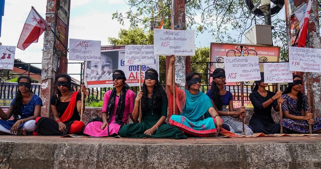 کیرل کی دو نابالغ کے جنسی استحصال اور موت کے معاملے میں ملزمین کو رہاکرنے کی مخالفت میں گزشتہ سوموار کو تریشور میں آل انڈیا اسٹوڈنٹس فیڈریشن(اے آئی ایس ایف)کے ممبروں نے آنکھ پر پٹی باندھکر مظاہرہ کیا۔ (فوٹو : پی ٹی آئی)