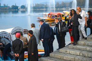 سرینگر میں ڈل جھیل کے کنارے یورپی وفد(فوٹو : پی ٹی آئی)