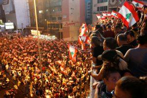 لبنان کی راجدھانی بیروت کے شہر جل الدیب میں حکومت کے خلاف سڑک پر اترے مظاہرین (فوٹو : رائٹرس)