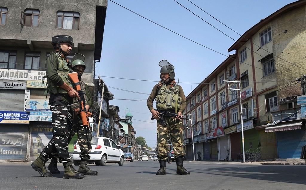 سرینگر میں تعینات سکیورٹی اہلکار (فوٹو : پی ٹی آئی)