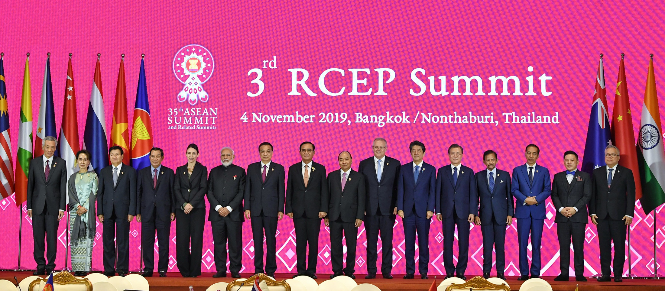 تھائی لینڈ کے بنکاک میں تیسری آر سی ای پی کانفرنس کے دوران غیر ملکی رہنماؤں کے ساتھ وزیر اعظم نریندر مودی(فوٹو بہ شکریہ: پی آئی بی)