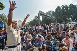 نئی دہلی واقع پولیس ہیڈ کوارٹر کے باہر مظاہرہ کرتے پولیس اہلکار۔ (فوٹو : پی ٹی آئی)