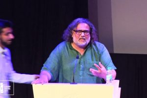تشار گاندھی، فوٹو بہ شکریہ:اے ایم یو لٹریری فیسٹیول