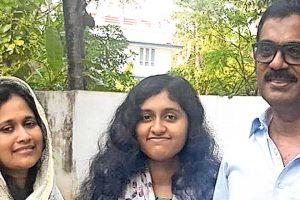 فاطمہ لطیف اپنے والدین کے ساتھ،فوٹو بہ شکریہ : ملیالم منورما
