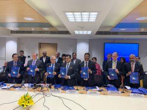 رپورٹ جاری کرتے نیتی آیوگ کے نائب صدر راجیو کمار، بل گیٹس اور دیگر ممبر(فوٹو بہ شکریہ : نیتی آیوگ)