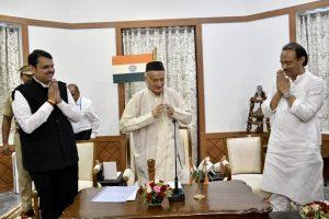 مہاراشٹر کے گورنر بھگت سنگھ کوشیاری کے ساتھ وزیراعلیٰ دیویندر فڈنویس اور نائب وزیراعلیٰ اجیت پوار (فوٹو : CMOMaharashtra)