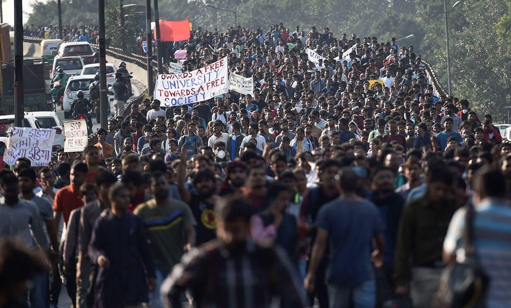فیس اضافہ کے خلاف جے این یو کے طالبعلموں کا مظاہرہ۔ (فوٹو : پی ٹی آئی)