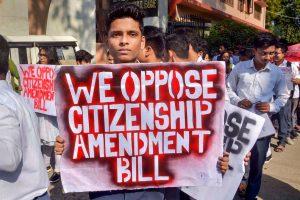 شہریت ترمیم بل کی مخالفت میں مظاہرہ کرتے آسام کے طالبعلم(فوٹو : پی ٹی آئی)