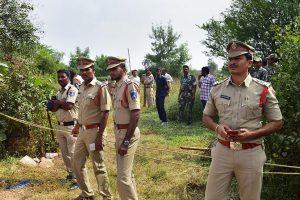 حیدر آباد واقع شادنگر میں تعینات پولیس۔ یہ وہی جگہ ہے، جہاں خاتون ڈاکٹر کے ریپ اور قتل کے چاروں ملزمین پولیس انکاؤنٹر میں مارےگئے۔ (فوٹو : پی ٹی آئی)