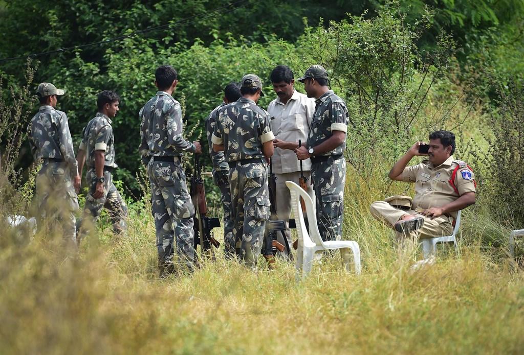 حیدر آباد میں جائے واردات پر تعینات پولیس اہلکار، جہاں خاتون ڈاکٹر کے ریپ اور قتل کے ملزم پولیس انکاؤنٹر میں مارے گئے۔ (فوٹو: پی ٹی آئی)