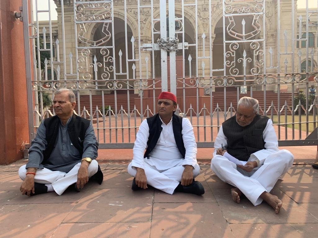 اناؤ گینگ ریپ متاثرہ کی موت کے بعد اتر پردیش اسمبلی کے باہر دھرنے پر بیٹھے سابق وزیراعلیٰ اکھلیش یادو (فوٹو : اے این آئی)