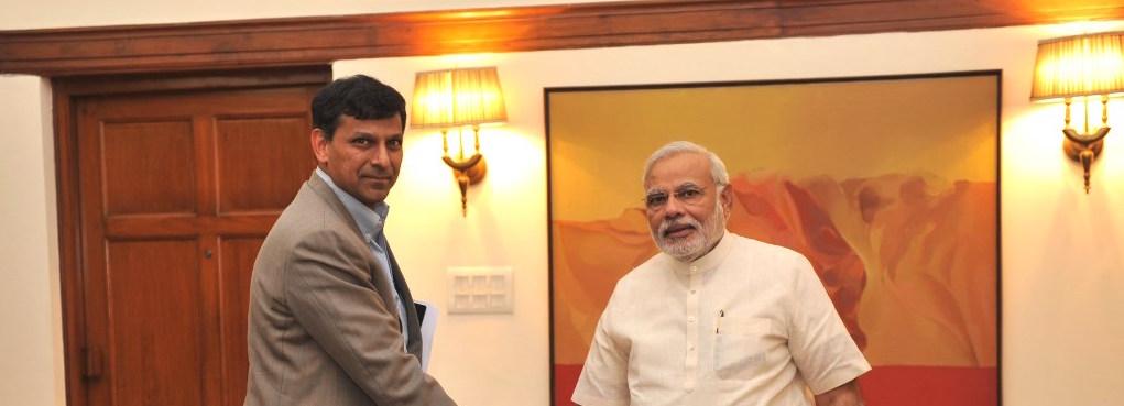 وزیر اعظم نریندر مودی کے ساتھ آر بی آئی کے سابق گورنر رگھو رام راجن (فوٹو : پی ٹی آئی)