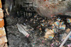 نئی دہلی کے اناج منڈی واقع وہ عمارت، جہاں آگ لگی(فوٹو : پی ٹی آئی)