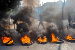 شہریت ترمیم بل کے خلاف نارتھ ایسٹ بند کے دوران طلبا تنظیموں نے ٹائر جلاکر مظاہرہ کیا۔ (فوٹو : پی ٹی آئی)