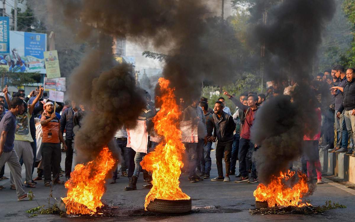 آسام میں شہریت ترمیم بل کی مخالفت میں مظاہرے (فوٹو : پی ٹی آئی)