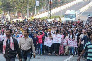 شہریت ترمیم بل کی مخالفت میں گوہاٹی میں مظاہرہ (فوٹو : پی ٹی آئی)