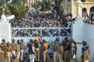اتر پردیش کی راجدھانی لکھنؤ واقع دارالعلوم ندوةالعلماء کالج کے طالبعلموں اور پولیس کے درمیان جھڑپ کے بعد پولیس نے گیٹ پرتالا لگا دیا(فوٹو : پی ٹی آئی)