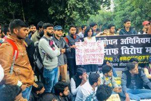 اے ایم یو اور جامعہ کے طالب علموں پر کارروائی کے خلاف الٰہ آباد یونیورسٹی میں مظاہرہ کرتے طلبا۔ (فوٹو : ٹوئٹر /@yadavhimanshuHR