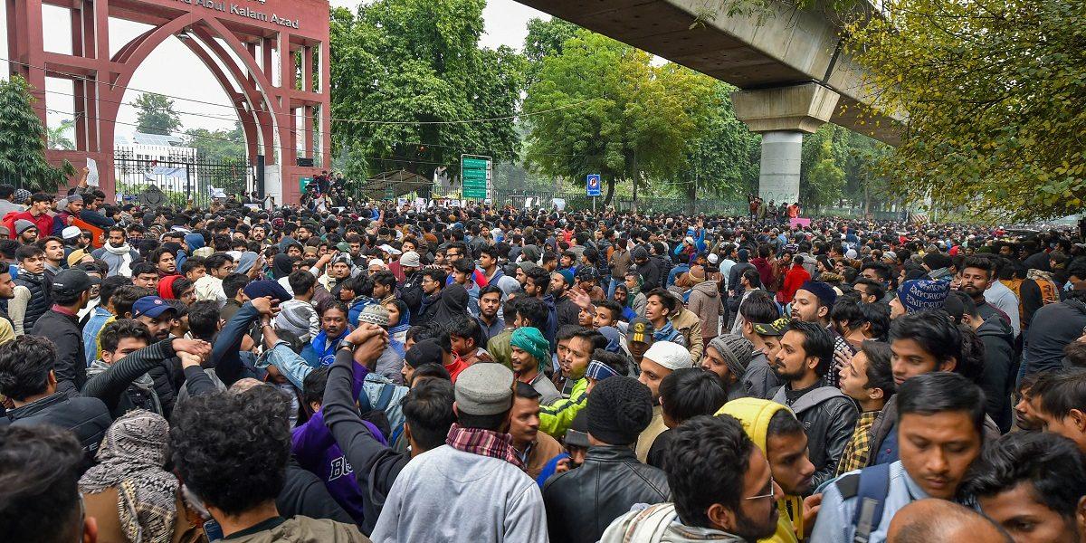 شہریت ترمیم قانون کےخلاف مظاہرہ کرتے جامعہ کےطالبعلم(فوٹو : پی ٹی آئی)