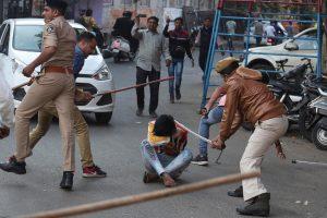 شہریت ترمیم قانون کی مخالفت میں گزشتہ جمعرات کے احمد آباد شہر میں ہوئے مظاہرے کے دوران پولیس نے لاٹھی چارج کیا۔فوٹو: اے پی/پی ٹی آئی